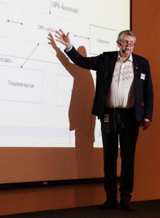 OPS-leverandøren får et stort kontanttilskudd ved trafikkåpning, og deretter årlige vederlag gjennom hele driftsperioden, forklarte direktør Lars Aksnes til forsamlingen. (Foto: Runar F. Daler).