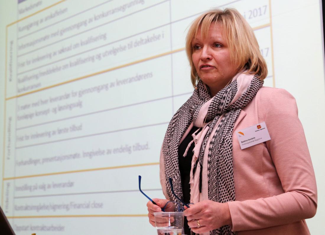 Avdelingsdirektør for byggherreseksjonen i Vegdirektoratet, Bettina Sandvin, fortalte i detalj om alle kravene som stilles av en OPS-leverandør. (Foto: Runar F. Daler).