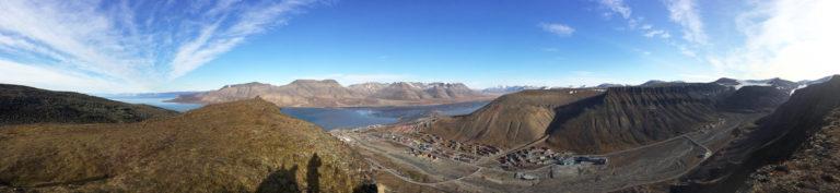 Det er utrolig flott på Svalbard. Her ser vi Longyearbyen. Bildet er tatt på Platåfjellet, der radomene står. (Privat foto).