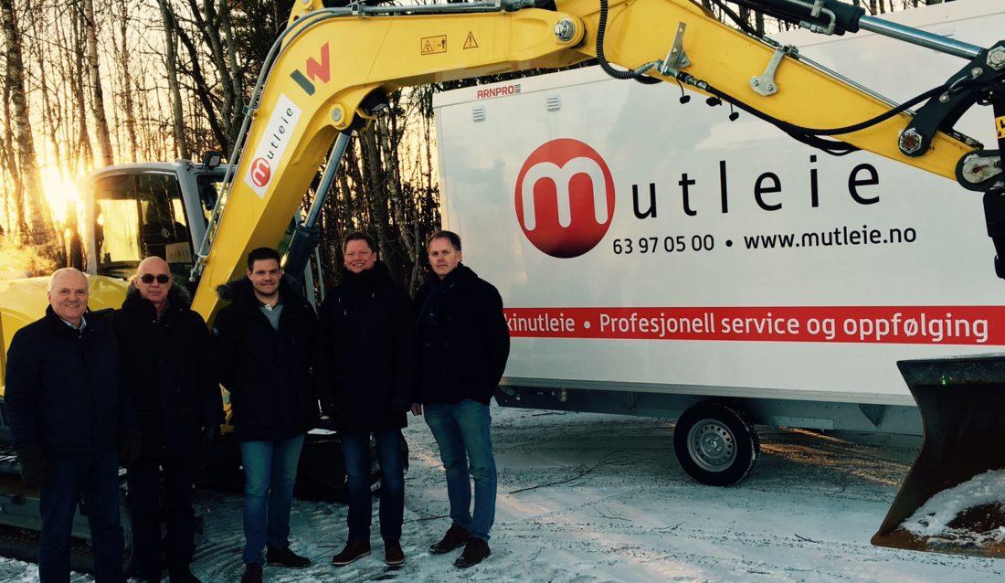 Fra venstre: Salgsdirektør Roy Hagen, MD Nordic Erik Høi, selger Morten Holter (alle Wacker Neuson), styreformann i Mutleie Mads Lier, og daglig leder Mutleie Odd Petter Pedersen. (Foto: Mutleie).