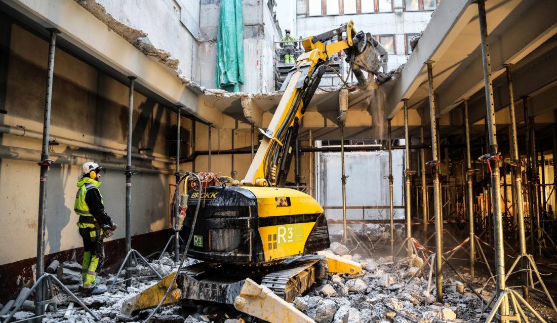 Mellom 600 og 700 tonn betong fjernes fra en bakgård midt i Oslo sentrum. Riveroboter er ideelle å bruke. (Foto: Runar F. Daler).