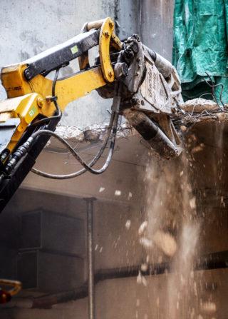 Denne maskinen (Brokk 400) kan, ifølge prosjektsjef Lars Henrik Moe, tygge opp til 55 cm tykk betong. Men da blir det også litt gnaging og man må angripe fra flere kanter. (Foto: Runar F. Daler).