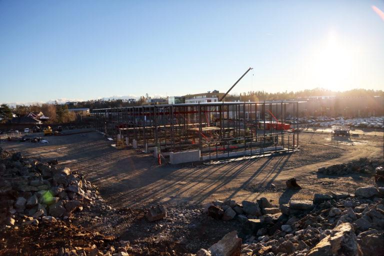 Sørlandets største skole blir enda større. Her reiser det nye bygget seg. Bildet er tatt på vei opp mot det nye øvingsområdet, som er under bygging. (Foto: Runar F. Daler).
