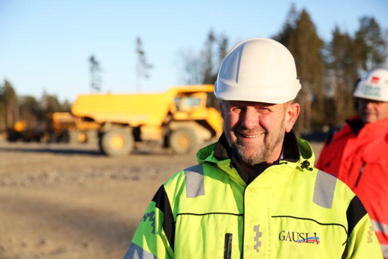 Øystein Gauslå, daglig leder hos den lokale maskinentreprenøren E. Gauslå & Sønner AS, som har grunnarbeidene på prosjektet. Han tror sammenslåingen av skolene og utvidelsen er et lurt grep av fylket. (Foto: Runar F. Daler).