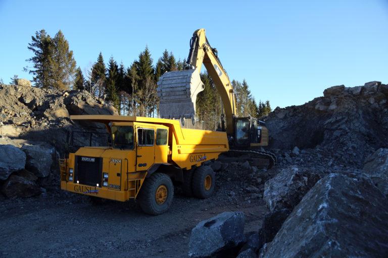 Totalt 150.000 kubikkmeter fast fjell tas ut av området. Da kreves det store maskiner. (Foto: Runar F. Daler).
