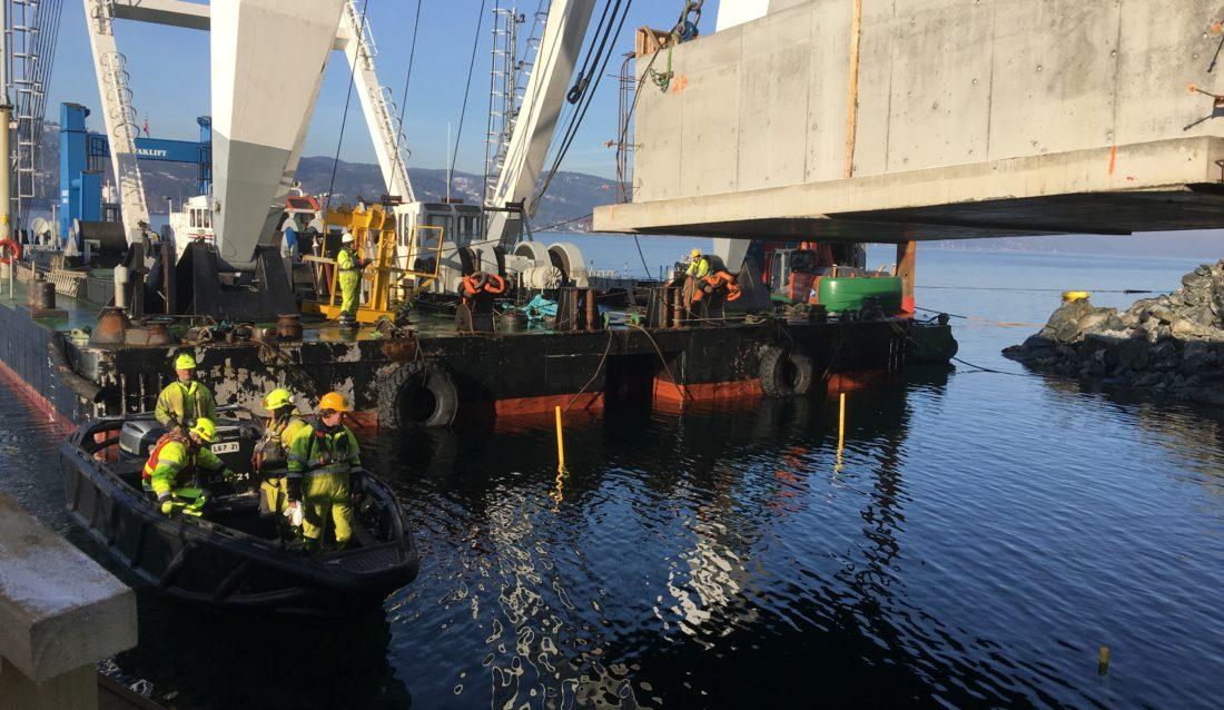 Siste kabelkulvert monteres i Oslofjorden. (Foto: Robin Stenersen/NCC).