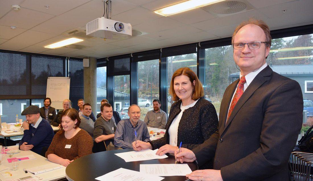 Nye Veier-sjef Ingrid Dahl Hovland (t.v.) og UiA-rektor Frank Reichert signerte samarbeidsavtale. (Foto: Tor Martin Lien, UiA).