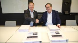 Adm. di. Dag Andresen i Veidekke Entreprenør (t.v.) og styreleder Steinar Bysveen i Fosen Vind DA signerte avtalen. (Foto: Veidekke).