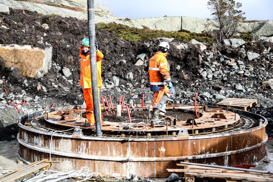 Da Anleggsmaskinen var på besøk ble betongfundament nummer 39 støpt, så det gjenstår altså 11 stykker. Ferdig støpt er det 6,2 meter i diameter med en tykkelse på ca. 80 cm. (Foto: Runar F. Daler).