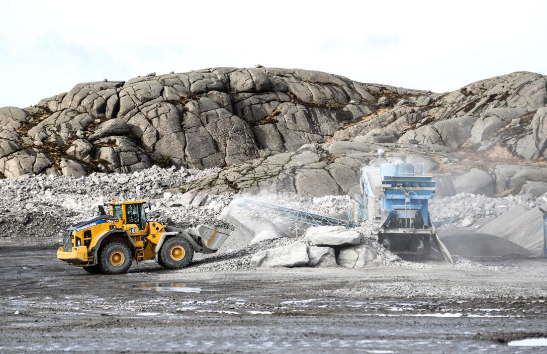 Det er to mobile knuseverk inne på området, men for å få massebalansen til å gå opp, har Stangeland fått lov å benytte seg av overskuddsmassene fra Titania-gruva. (Foto: Runar F. Daler).