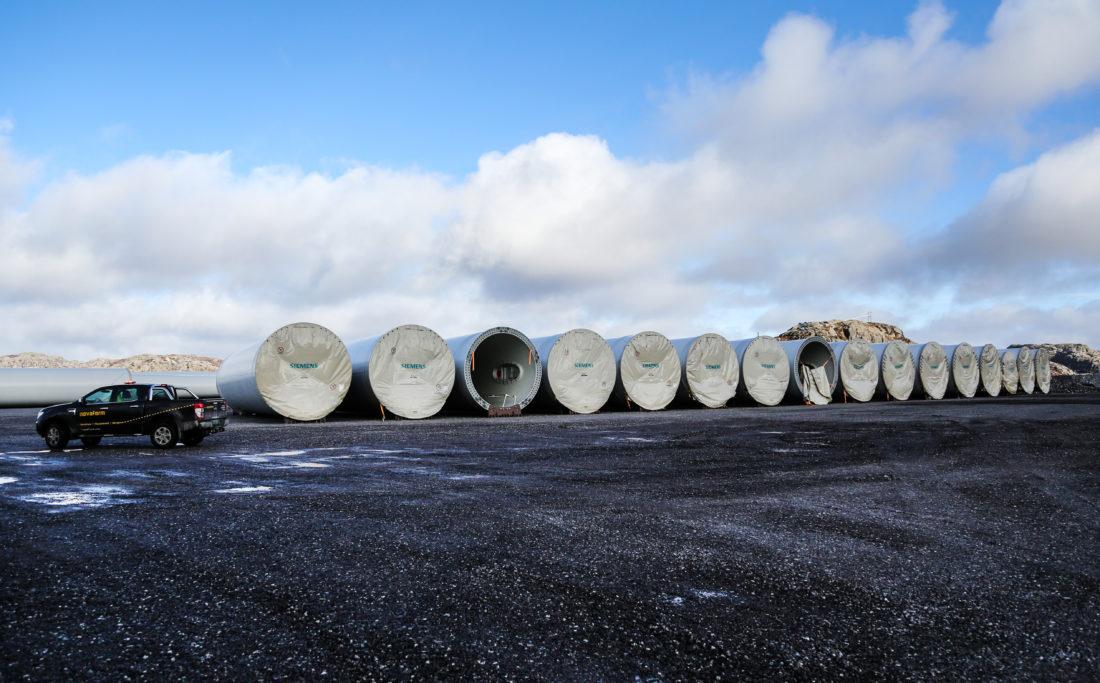 Her ligger deler til vindturbinene mellomlagret, og sammenlignet med bilen får man litt inntrykk av størrelsen. Delene til turbinene kommer med båt til Egersund og blir transportert opp til anlegget på totalt 750 semitrailerlass. (Foto: Runar F. Daler).