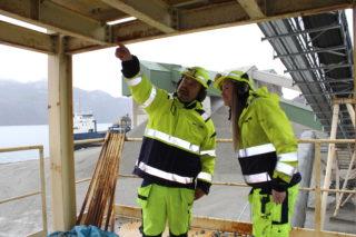 Driftsleder Per Thu ved Helle sandtak forklarer hvordan arbeidsoppgavene skal løses. (Foto: Robin Stenersen/NCC).