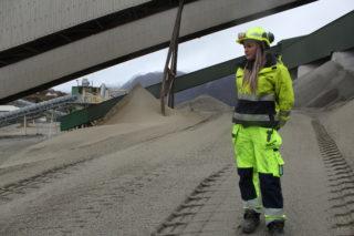 Janne Espedal jobber som lærling ved NCC Helle sandtak, Forsand i Rogaland. (Foto: Robin Stenersen/NCC).