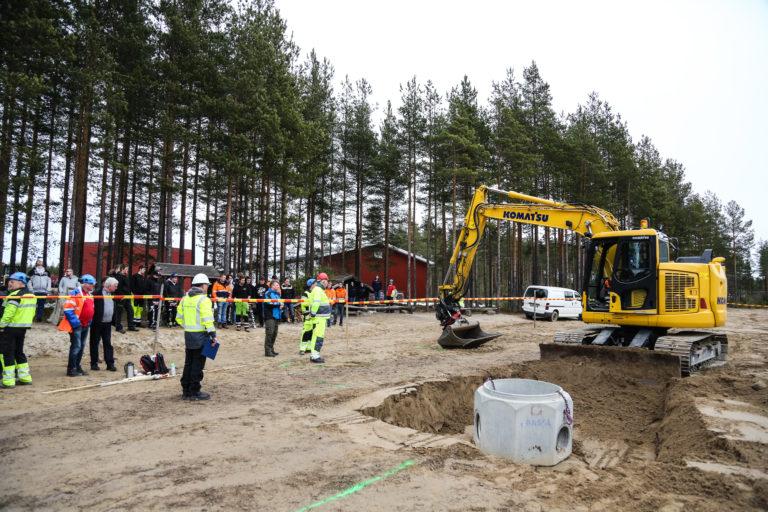 De fremmøtte følger nøye med på gravemaskinøvelsen. (Foto: Runar F. Daler).