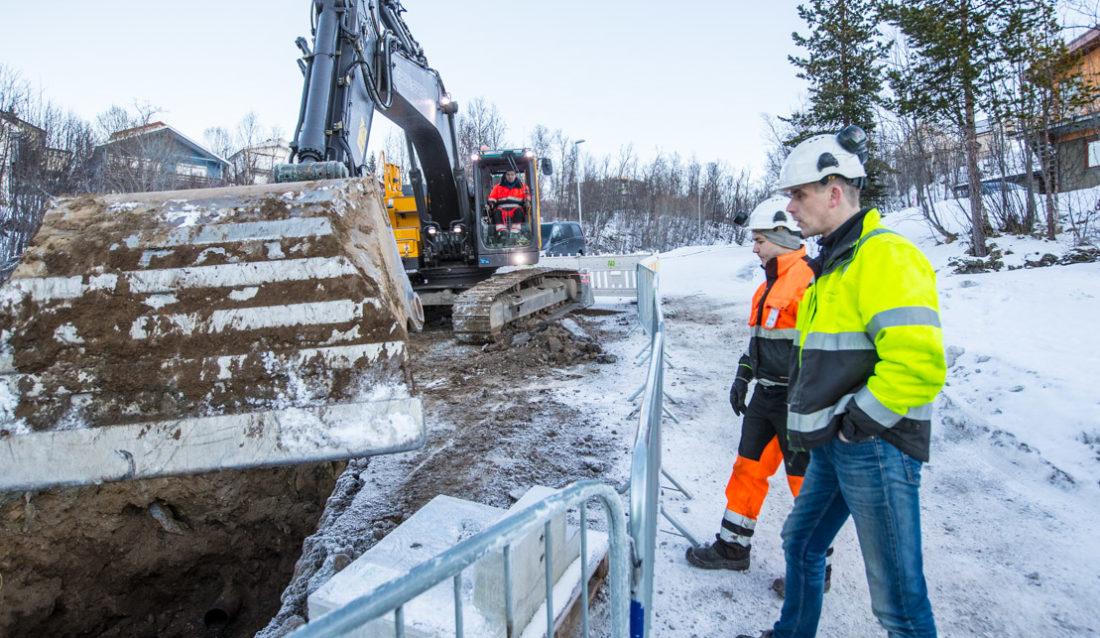 Prosjektleder Per-Einar Sandvik (nærmest) i Grav & Spreng AS konfererer med maskinfører Tony Sandmo Matheussen i Målselv Maskin & Transport AS. Maskinfører Ari Paltto i Grav & Spreng AS i hytta på Volvo-graveren. Bildet er fra en VA-jobb i Tromsø tidligere i vinter.