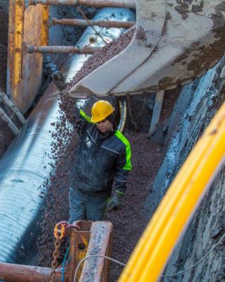 Konsekvensene ved å miste skuffer og annet utsyr fra gravemaskinene, kan være store, som det dessverre er mange eksempler på. (Foto: Jørn Søderholm).