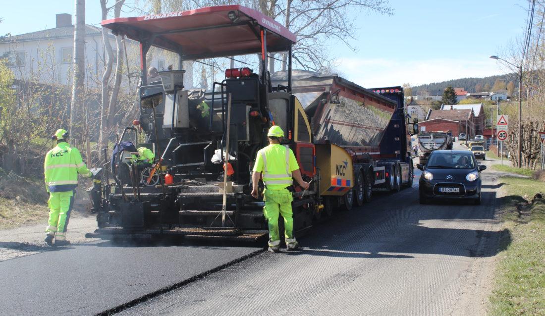 Bilister må ta hensyn der asfalt- og annet veiarbeid pågår. (Foto: Robin Stenersen/NCC).