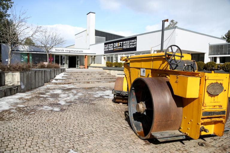 Museet fyller 25 år i år, og snart starter byggingen av et eget kjøretøyhistorisk museum på samme område. Veivalsen i forkant er antatt årsmodell 1933 og produsert av engelske Wallis & Steevens. Den ble gitt til museet av A/S Sigurd Hesselberg i 1991. (Foto: Runar F. Daler).