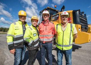 F.v. Selger Robert Hvaal og produktsjef Fredrik Sætren i Pon Equipment AS, anleggsleder Tom Marstein og distriktsleder Ole Steinsholt i Veidekke.