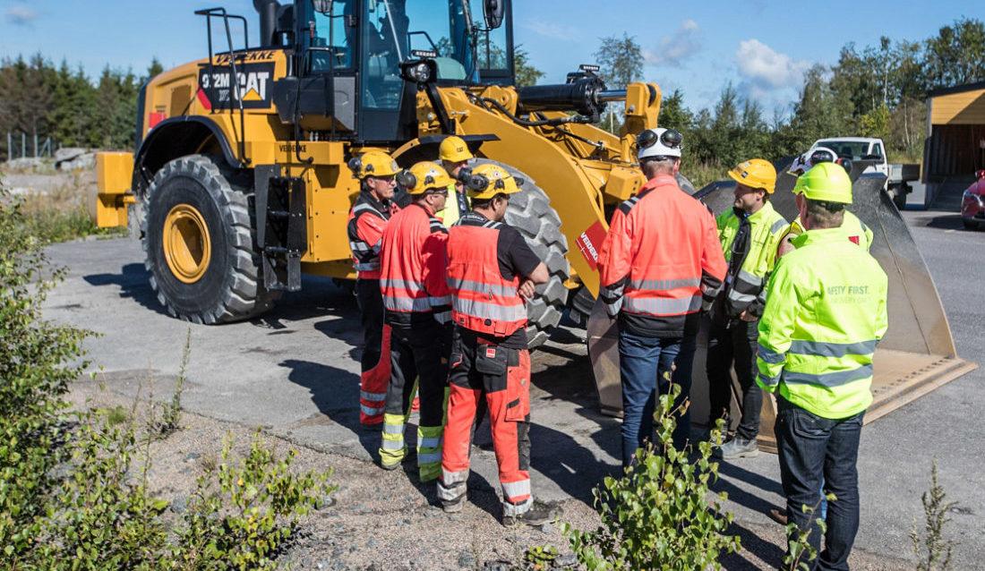 Fredrik Sætren orienterer en gruppe Veidekke-ansatte om den nye hjullasteren Cat 972M XE.