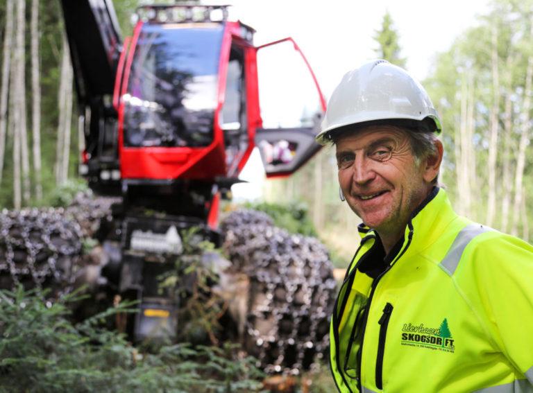 – Det er en stor jobb for oss. Det er også en artig jobb, ikke minst siden vi holder til her på Rudshøgda, sier Roar Lierhagen, gründer og daglig leder i Lierhagen Skogsdrift. (Foto: Runar F. Daler).