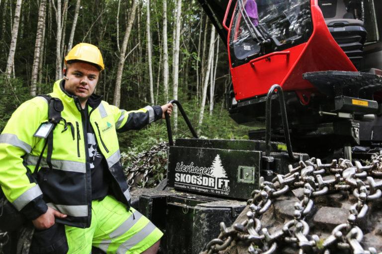 Skogsoperatørlærling Jonas Brobakken kjører både lassbærer og hogstmaskin, men liker best å «høgge». (Foto: Runar F. Daler).