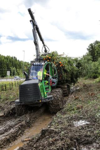 Alle trær og busker blir fjernet, og kun stubbene står igjen. Her er lassbærerkjører Jimmy Gråberget Stensby i ferd med å kjøre et lass til en velteplass i nærheten. (Foto: Runar F. Daler).