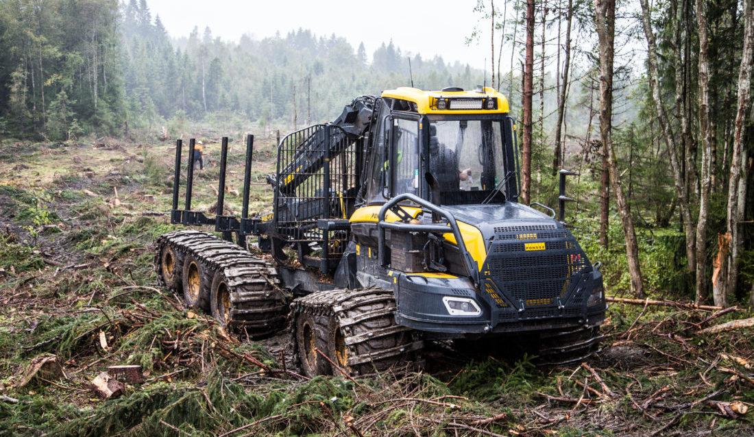 10 hjul gir vesentlig lavere marktrykk enn 8 hjul. Det kan redusere kjøreskadene i skogen. (Foto: Runar F. Daler).