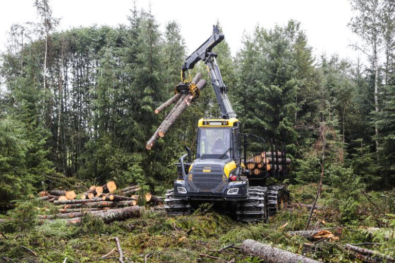 Begge lassbærerne kjører med 12 kubikk tømmer per lass, slik at forholdene skal være like. (Foto: Runar F. Daler).