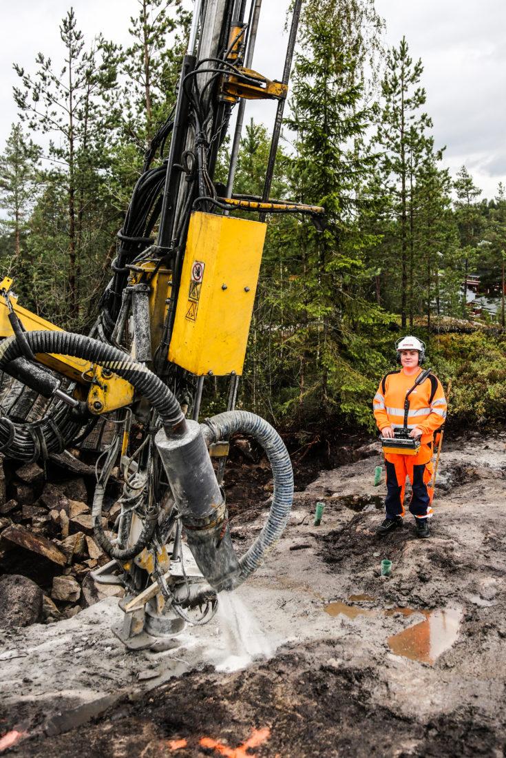 Sverre Gripstad Selnæs (21) fikk ønsket sitt oppfylt da han ble lærling i fjell- og bergverksfaget hos Leif Grimsrud AS. Boreriggen fikk han prøve allerede første dag på jobb. (Foto: Runar F. Daler).