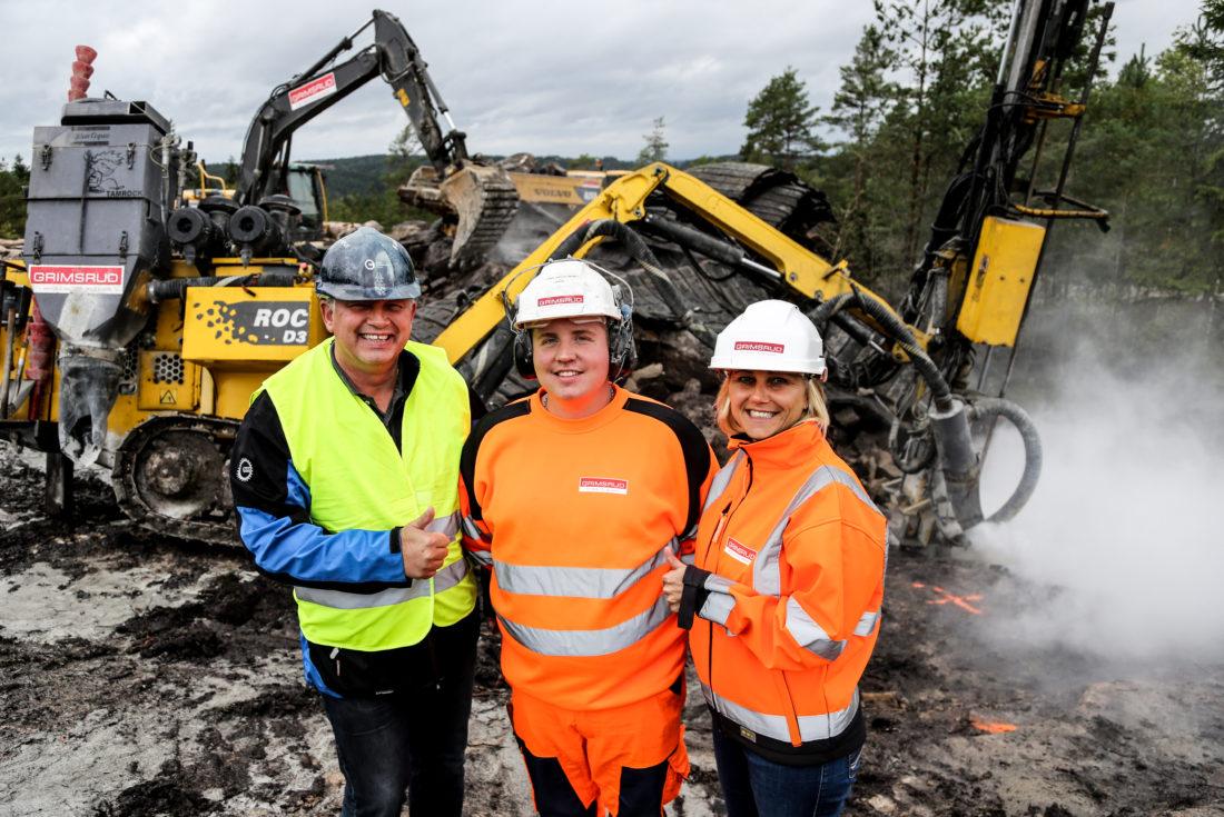 OKABs opplæringskonsulent Geir-Inge Mosling og Leif Grimsruds Line Engh støtter Sverre fra hver sin kant, både her på bildet, og gjennom hele lærlingperioden i bedriften. (Foto: Runar F. Daler).