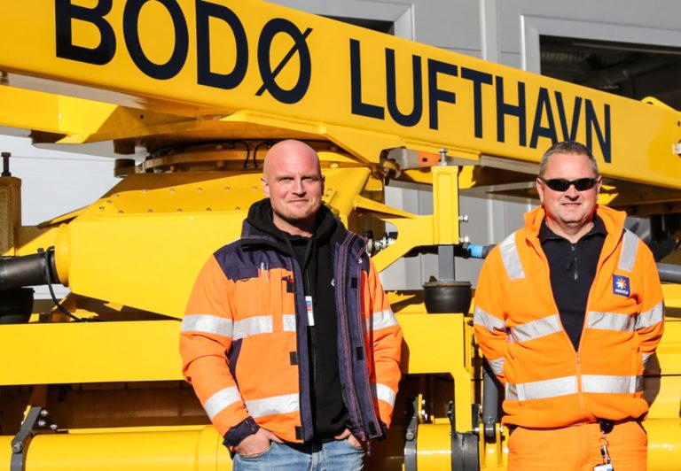 Petter Sandmo (t.v.) og Geir Knutsen er stolte av at regulariteten ved flyplassen har vært så god helt siden Mesta overtok plasstjenesten i august i fjor. (Foto: Runar F. Daler).