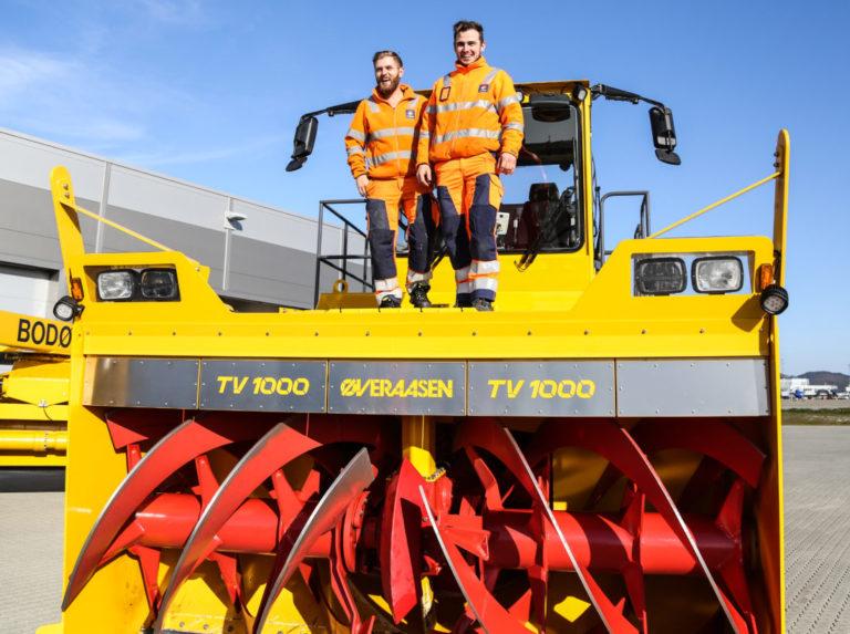 Maskinførerne og NK-ene Fredrik Nilsen (t.v.) og Marcus Unosen trives på jobb. (Foto: Runar F. Daler).