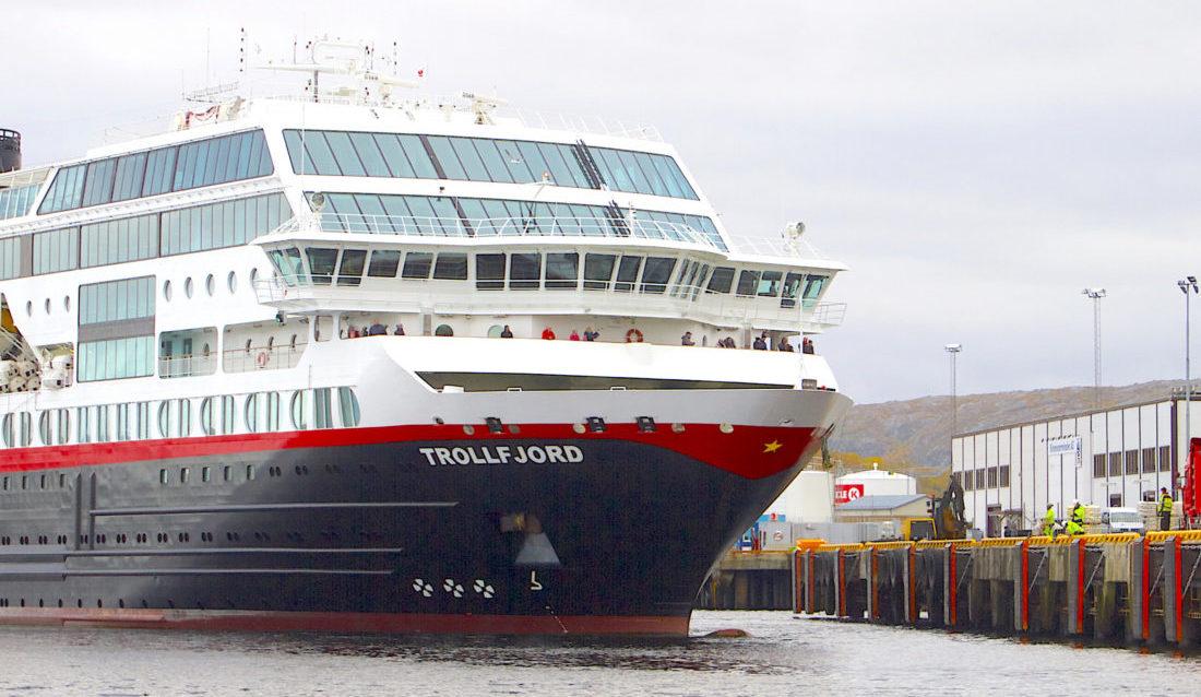 """Hurtigruta """"Trollfjord"""" legger til kai i Kirkenes, der Consolvos arbeidere nå er ferdige med å montere nye fendere, leidere og frontlister. (Foto: Consolvo)."""
