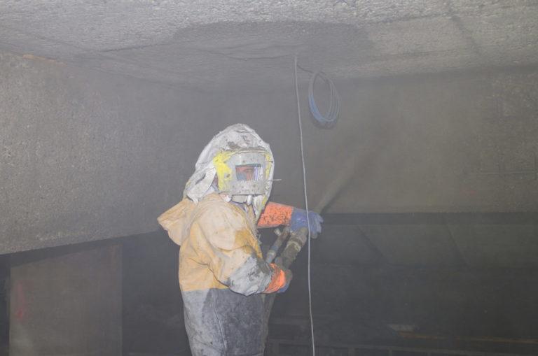 Under Hurtigrutekaia i Kirkenes er Marek Koziol i Consolvo i full sving med å tørrsprøyte med betong. (Foto: Consolvo).
