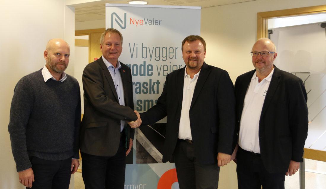 Fra venstre: prosjektleder Neal Nordang (Veidekke), administrerende direktør Dag Andresen (Veidekke), prosjektdirektør Øyvind Moshagen (Nye Veier) og utbyggingssjef Jarle Kristian Tangen (Nye Veier).