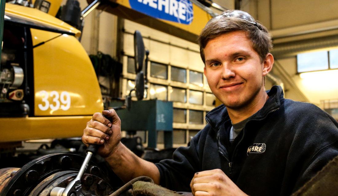 Den ferske lærlingen i anleggsmaskinmekanikerfaget, Erling Aasbø (18), følte at han ble en del av teamet med én gang. (Foto: Runar F. Daler).