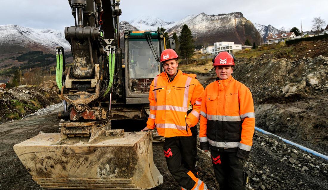 Lærlingene Eivind Dimmen (t.v.) og Werner Riksheim har det som plommen i egget hos Volda Maskin. (Foto: Runar F. Daler).