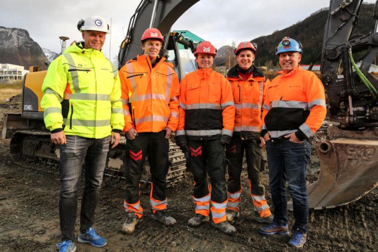Det var en fornøyd gjeng Anleggsmaskinen møtte på anlegget i Mosmarka utenfor Ørsta. Fra venstre: Espen Wicken (OKAB), Eivind Dimmen, Werner Riksheim, Einar Kile og Jon Grebstad (alle fra Volda Maskin). (Foto: Runar F. Daler).