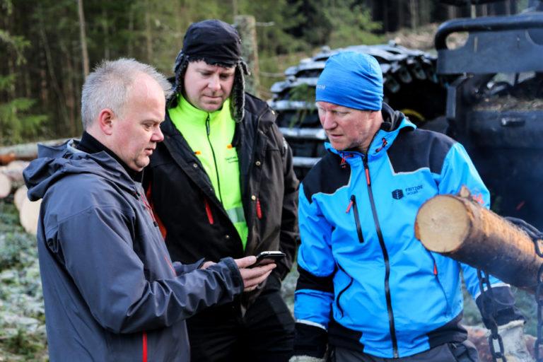 KS/HMS-ansvarlig i MEF, Jonny Korsnes (t.v.), viser fram den populære appen til Bjørn Magnar Løkkeberg (Tveitan & Bang Tynningslag) og Christer Sandum (Fritzøe Skoger). (Foto: Runar F. Daler).
