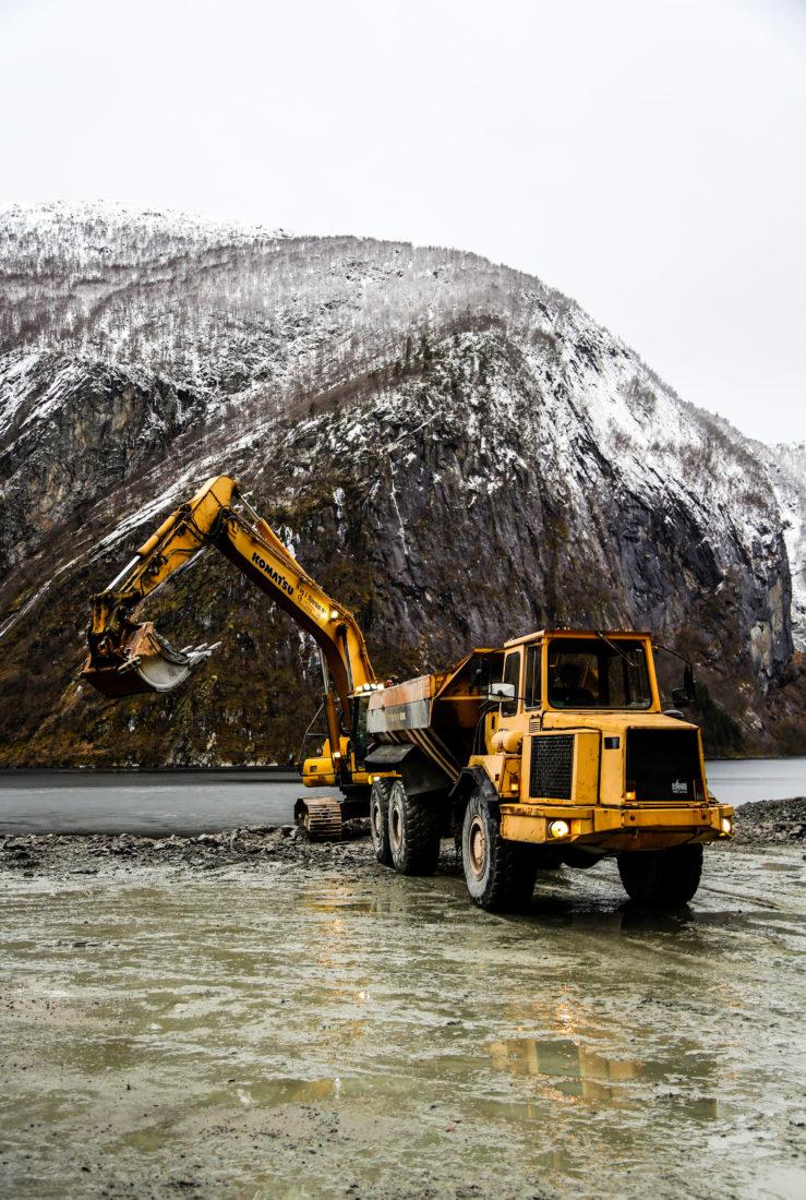 Vanligvis blir sprengstein på Vestlandet bare lempet ut i den brådype fjorden. På dette prosjektet blir derimot noe av overskuddsmassene brukt til lokale formål. (Foto: Runar F. Daler).
