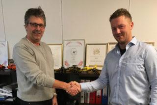 Daglig leder Øyvind Langemyr i Bertelsen & Garpestad (t.v.) og Pon-selger Kjell Vidar Hamre avbildet i forbindelse kontraktsinngåelsen. (Foto: Pon Equipment).