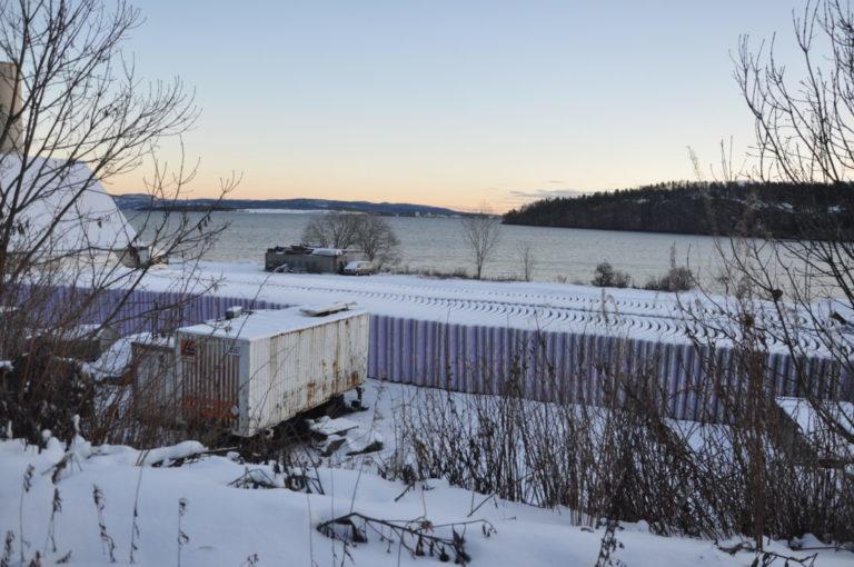 Fra kaia i Holmestrand fraktes alle 7000 betongelementene til E134-tunnelene på Kongsberg. Transporten videre går på lastebil. (Foto: Kjell Wold).