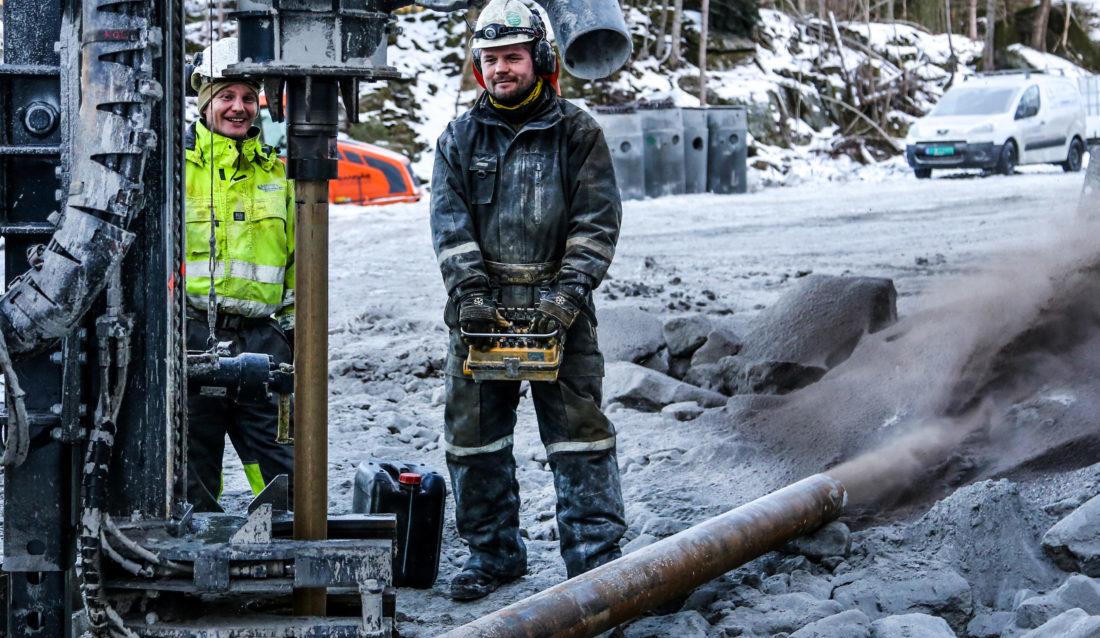 Brønnborerne Espen Andreassen (t.v.) og Jan Erik Pedersen fra Sørlandet Brønnboring borer enda et hull i det som blir Sørlandets (foreløpig) største brønnpark. (Foto: Runar F. Daler).