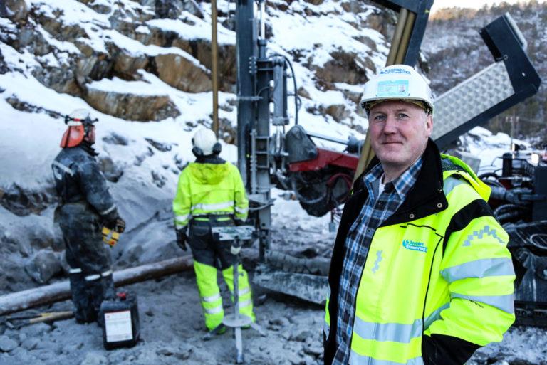 SOM SMURT: – Her har vi rett og slett et fantastisk flott fjell å bore i, så det har gått helt strålende hittil, sier Kjell Jørgen Steinsholm, daglig leder i Sørlandet Brønnboring AS. (Foto: Runar F. Daler).