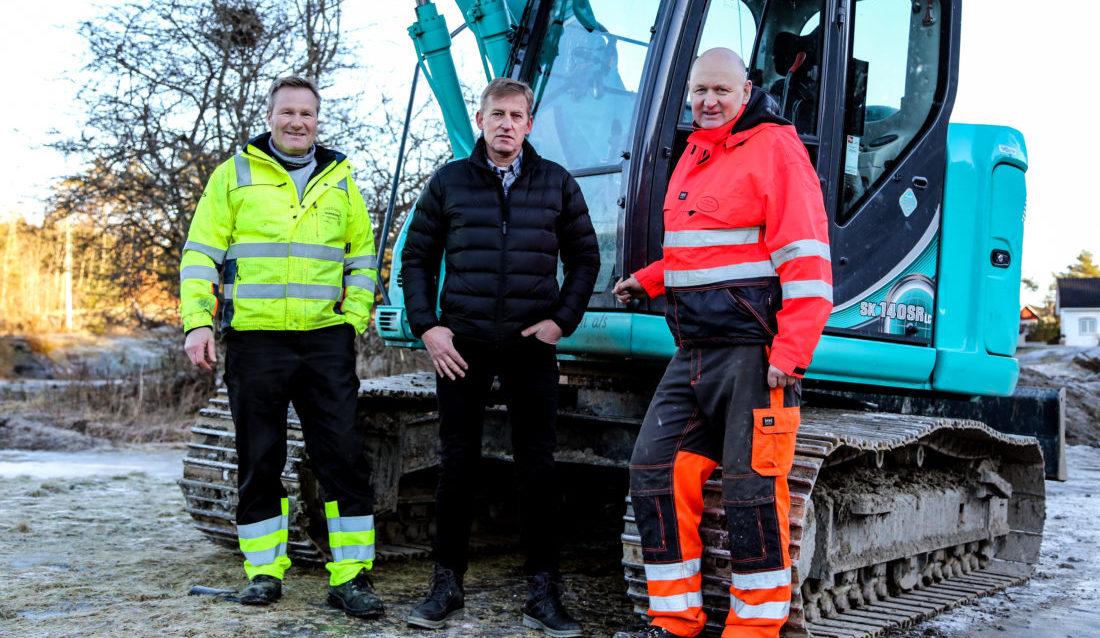 SAMARBEID I SKJÆRA: Inge Lauritsen (Vestviken Brønnboring), Bjørn Halvorsen (grunneier) og Klas Lønne (Kragerø Naturstein) er snart ferdige med grunnarbeidene på prosjektet. (Foto: Runar F. Daler).