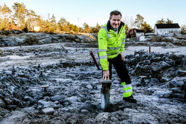 PELER: Inge Lauritsen og Vestviken Brønnboring satte ned 36 stålkjernepeler til fjell, 12 til hver av tre hyttene som krevde denne typen fundamentering. De resterende tomtene ble traua ut og steinsatt. (Foto: Runar F. Daler).