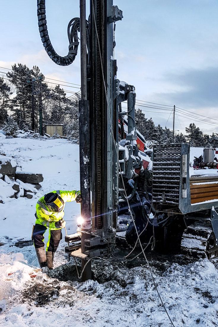 BORING: Her bores foringsrøret for en stålkjernepele ned i grunnen. (Foto: Vestviken Brønnboring).