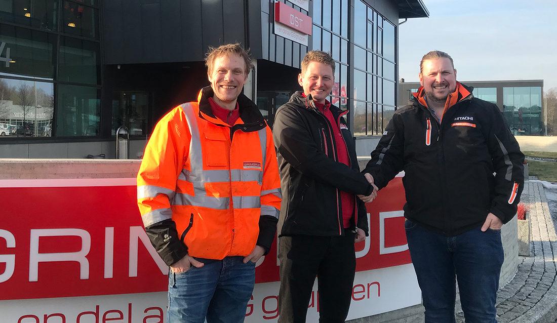 F.v. daglig leder Magnar Hafsrød Kristiansen og maskinsjef Svend Landsverk i Grimsrud, sammen med Sjur Wethal Helljesen i Nasta