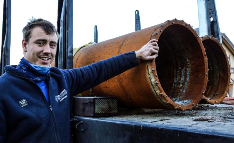 STORT: Truls Omland Aasheim viser fram 600 mm-rørene de brukte til fundamentboringen. Til jordingsboringen bruker de med en diameter på kun 114 mm. (Foto: Runar F. Daler).